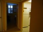 ヒルトンラグーンタワーL1568号室ベッドルーム・キッチン入口.JPG