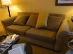 ヒルトンラグーンタワーL1568号室リビングのソファー.JPG