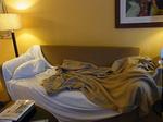 ヒルトンラグーンタワーL1568号室リビングのソファーベッド1.JPG