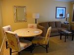 ヒルトンラグーンタワーL1568号室リビングの食卓.JPG