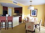 ラグーンタワー・オーシャンフロント2ベッドルームプレミア467号室キッチンカウンター2.JPG