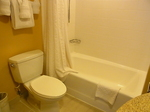 ラグーンタワー・オーシャンフロント467号室ベッドルーム1バストイレ.JPG