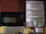 ラグーンタワーL467号室電子レンジと食器棚.JPG