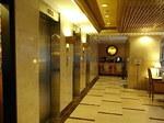 香港ラマダホテルカオルーンロビー階EVホール.JPG