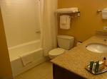 ラグーンタワー・オーシャンフロント467号室ベッドルーム2バス・トイレ.JPG