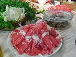 大連風しゃぶしゃぶの牛肉と野菜.JPG